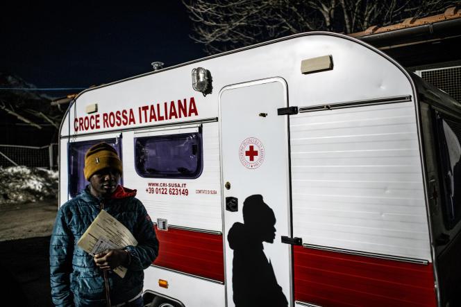 Jeune homme hébergé au refuge de la fondation Talità Kumdu du prêtre don Luigi Chiampo. Ce refuge est ouvert le soir à ceux qui veulent faire un pause avant de partir tenter la traversée jusqu'en France ainsi qu'aux migrants qui se font refouler.