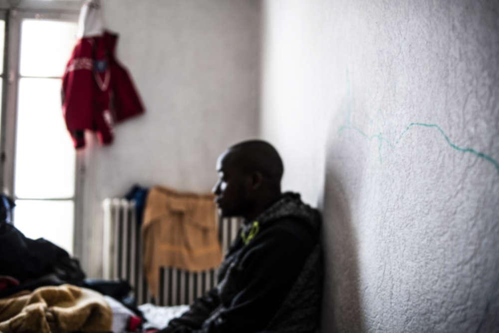 Demba se repose dans sa chambre après avoir marché cinq heures de nuit, dans la neige.