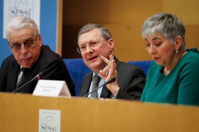 Le président de la commission des lois du Sénat Philippe Bas (LR) entouré de ses deux co-rapporteurs Jean-Pierre Sueur (PS) et Muriel Jourda (LR), le 20 février 2019, au Sénat à Paris.