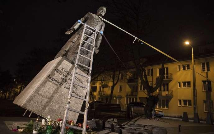 Des activistes renversent une statue du prêtre Henryk Jankowski, à Gdansk, le 21 février.