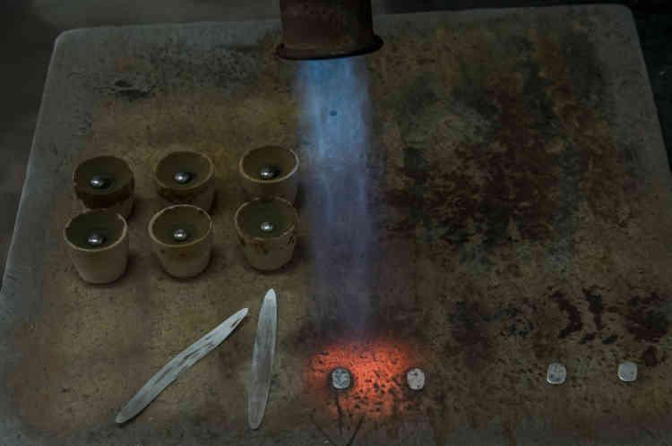 Les échantillons d'or et d'argent sont chauffés au chalumeau et traités pour être analysés. Cette étape permet de déterminer la pureté et la qualité d'une livraison d'or et de fixer son prix. La société AGR exporte chaque semaine 200kg d'or.