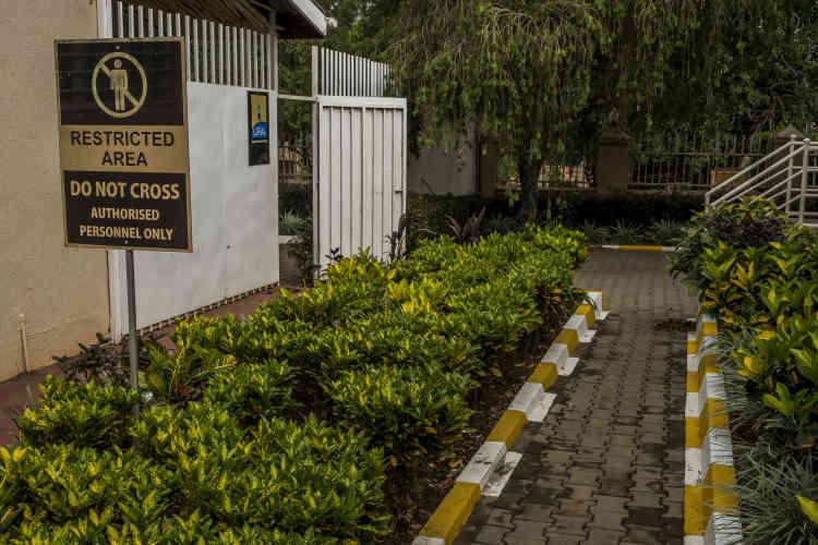 L'allée située derrière le bâtiment d'accueil d'AGR mène vers le bureau de l'Ugandan Revenue Authority (URA), par lequel les clients doivent passer pour déclarer leur or. La zone est strictement confidentielle.