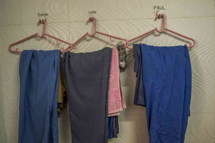 Les ouvriers ne gardent pas leurs vêtements de ville. Après chaque service, ils doivent prendre une douche et leurs vêtements de travail sont lavés dans l'atelier. Toute parcelle d'or serait ainsi récupérée.
