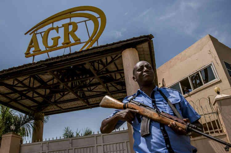 Devant le portail principal donnant sur la route de l'aéroport. L'origine congolaise d'une partie de la marchandise «brute»a valu à AGR d'être accusée par les Nations unies et des ONG d'acheter, vendre, blanchir et exporter ce qu'il est convenu d'appeler «l'or des conflits».