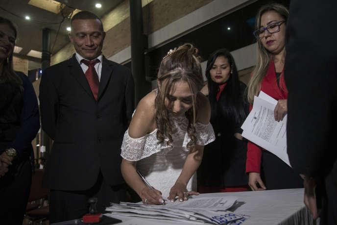 Célébration de mariages entre d'anciens membres des FARC et des groupes paramilitaires, à Bogota, en septembre 2018. Ces« mariages pour la paix» sont une initiative de l'Agence colombienne pour la réintégration des ex-combattants.