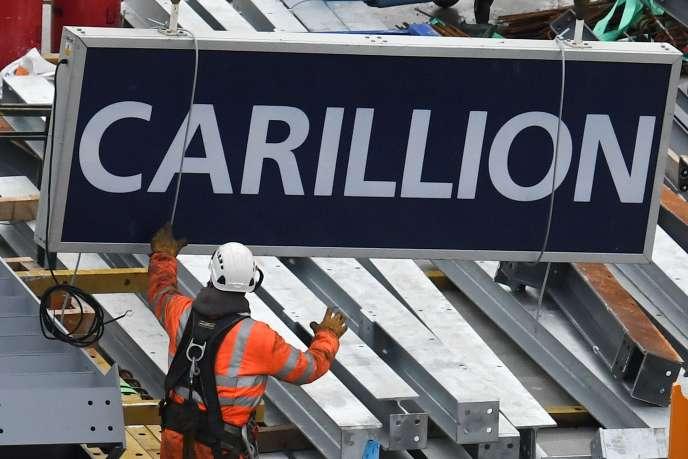 Un ouvrier en train de démonter l'enseigne de Carillion, à Londres, le 23 janvier 2018, après la liquidation du groupe.