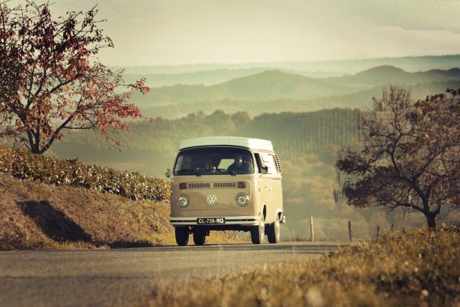 Une bonne occasion pour découvrir le cœur du Béarnà bord d'un Combi Volkswagen vintage !