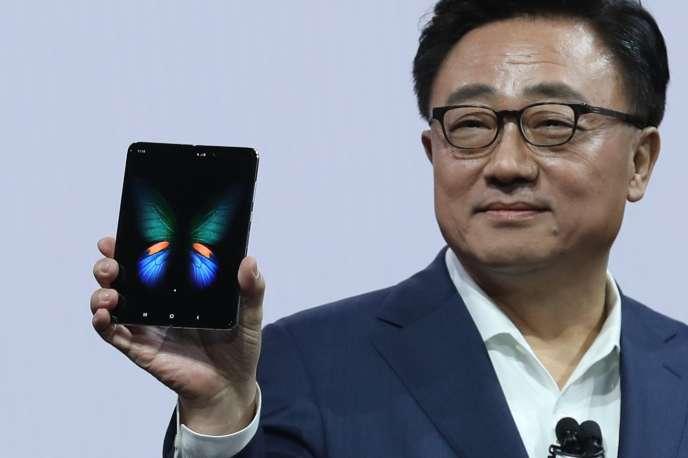 The foldable smartphone Samsung melu diwakilan ku Présidén jeung CEO Samsung mobile DJ Koh di San Fransisco on Pébruari 20.