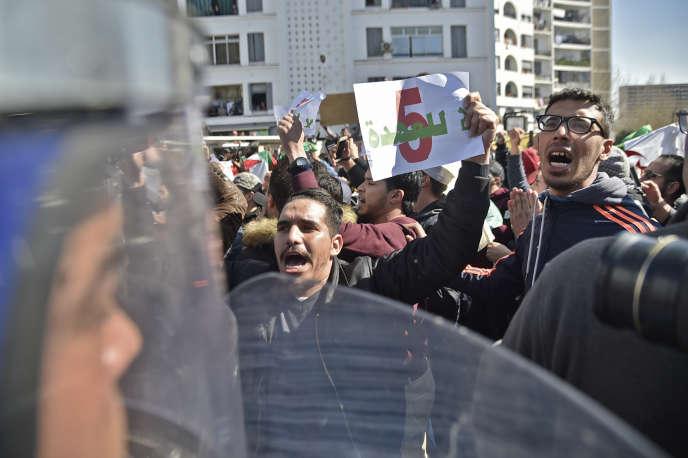 Manifestationcontre la candidature d'Abdelaziz Bouteflika à l'élection présidentielle, au centre d'Alger, le 22 février.