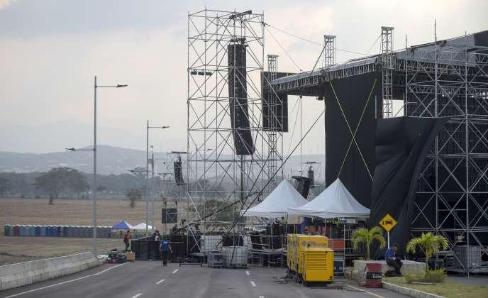 Lors de l'installation de la scène du concert du 22 février, à Cucuta (Colombie).