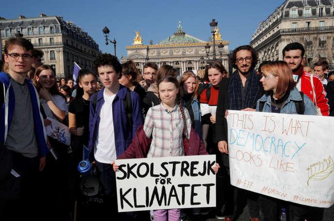 La jeune suédoire Greta Thunberg (au premier plan), figure de la lutte contre le changement climatique, manifeste à Paris, le 22 février.