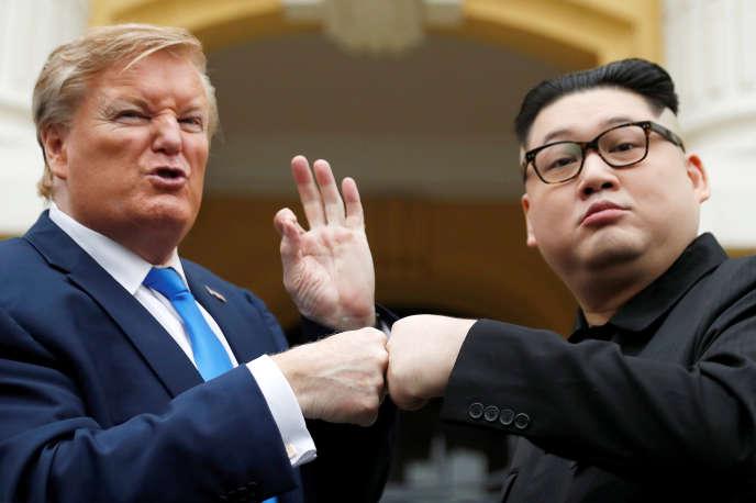 Howard X, l'imitateur du leader nord-coréen Kim Jong-un, et Russell White, qui se fait passer pour le président américain Donald Trump, posent pour une photo devant l'Opéra, le 22 février, à Hanoi (Vietnam), quelques jours avant le deuxième sommet Trump-Kim.