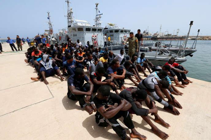 Un groupe de migrants sur une base militaire après avoir été secourus par les gardes-côtes libyens, à Tripoli, le 3 juillet 2018.