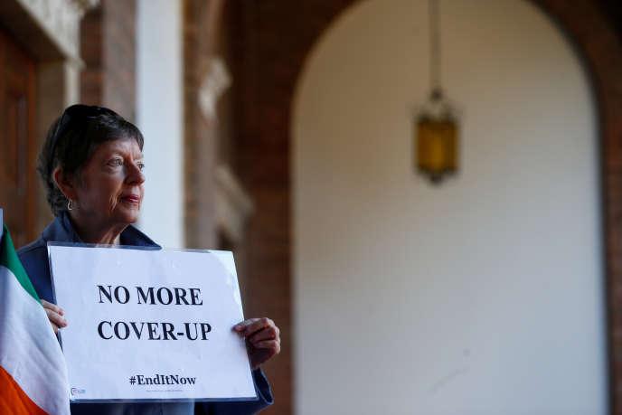 Une manifestante contre le silence de l'Eglise catholique dans les affaires d'abus sexuels par des membres du clergé, devant les locaux de l'ordre bénédictin à Rome, le 22 février.
