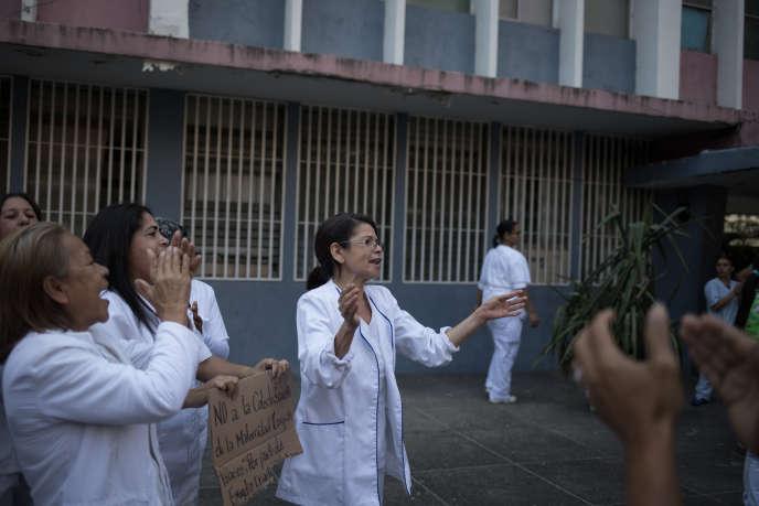 Rassemblement d'infirmières d'un hôpital public de Caracas pour condamner la pénurie de moyens des services de santé, le 5 février.