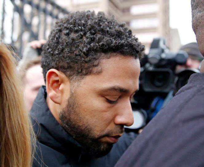 L'acteur Jussie Smollett quitte la maison d'arrêt de Chicago, le 21 février, après avoir été libéré sous caution.