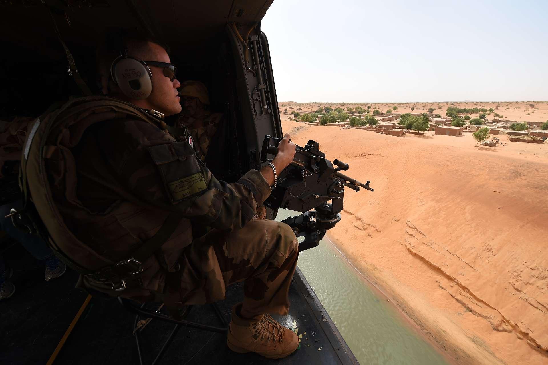 Un soldat français de l'opération «Barkhane» lors d'un survol sur le territoire malien, le 12 mars 2016.