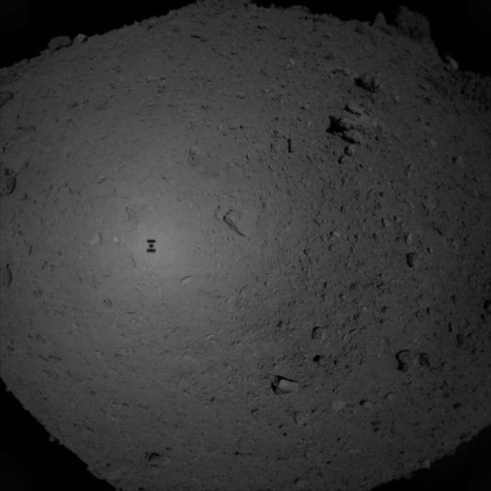L'ombre de la sonde Hayabusa-2 lors de sa descente vers l'astéroïde Ryugu, le 21février.