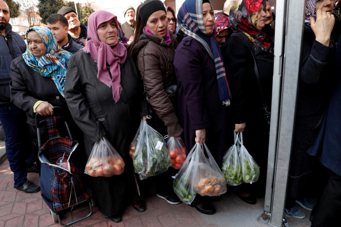 Des Turcs attendent leur tour pour acheter des fruits et légumes à prix régulés,à Istanbul, le 11 février.