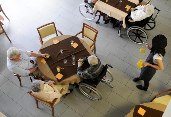 Maison de retraite accueillant personnes âgées dépendantes, EHPAD, collation dans la salle à manger. Nantes (44).