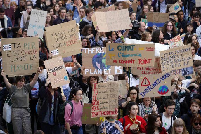 Manifestation étudiante pour un changement des politiques climatiques mondiales, à Paris, le 22 février.