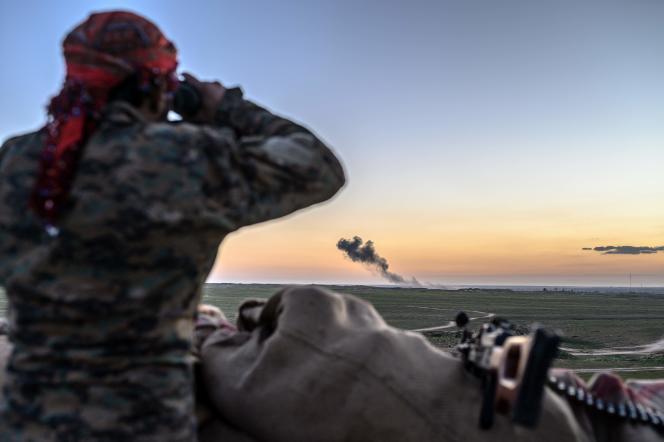 Un soldat des Forces démocratiques syriennes(FDS)surveille le bombardementd'Al-Baghouzpar les forces alliées, le 19 février.