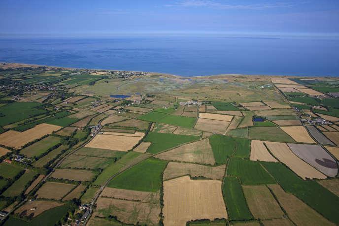 «Nous devons redonner à tous les paysans et paysannes une place centrale dans la société qu'ils ou elles nourrissent et valoriser les multiples facettes de leur métier» (photo: paysage de bocage dans la Manche).