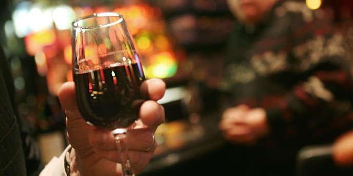 Des clients goûtent des vins dans un bar à Paris.