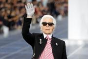 KarlLagerfeldsaluant les invités du défilé de sa collection de prêt-à-porterprintemps/étéde la maison Chanel, le 2 octobre 1012.
