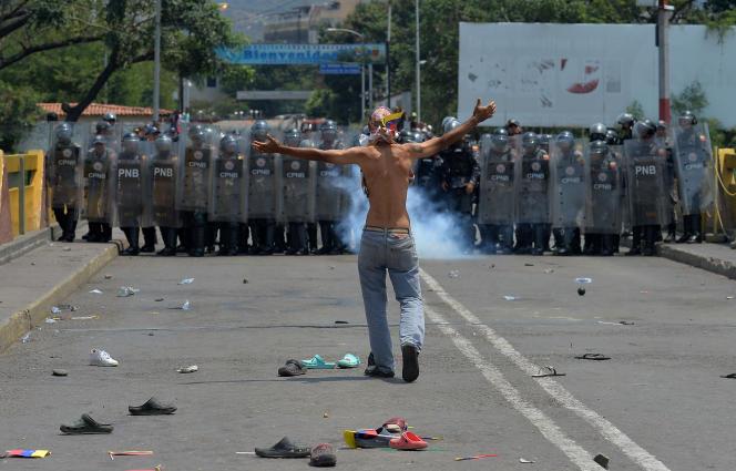 Un manifestant fait face aux forces de l'ordre vénézueliennes, samed 23 février à Cucuta.