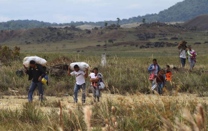 Des Vénézuéliens traversent clandestinement la frontière avec le Brésil, le 22 février.