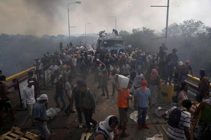 Les opposants de Nicolas Maduro ont tenté, samedi 23 février, de faire entrer le convoi humanitaire au Vénézuéla, comme ici à Cucuta, à la frontière avec la Colombie.
