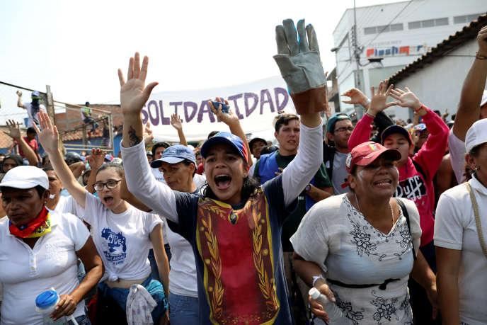 Des manifestants à Urena, au Venezuela, samedi 23 février.