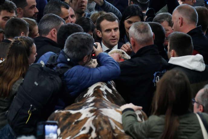 Emmanuel Macron en visite au Salon de l'agriculture, à Paris, le 23 février. Arrivé à 8h47 à la Porte de Versailles, il en est reparti à 23h27.