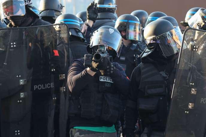 Un policier tient un LBD 40 lors d'une manifestation de« gilets jaunes», le 23 février à Paris.