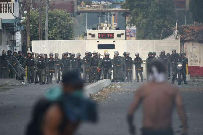 A Urena, où des tirs de gaz lacrymo ont dispersé une foule qui voulait traverser la frontière.
