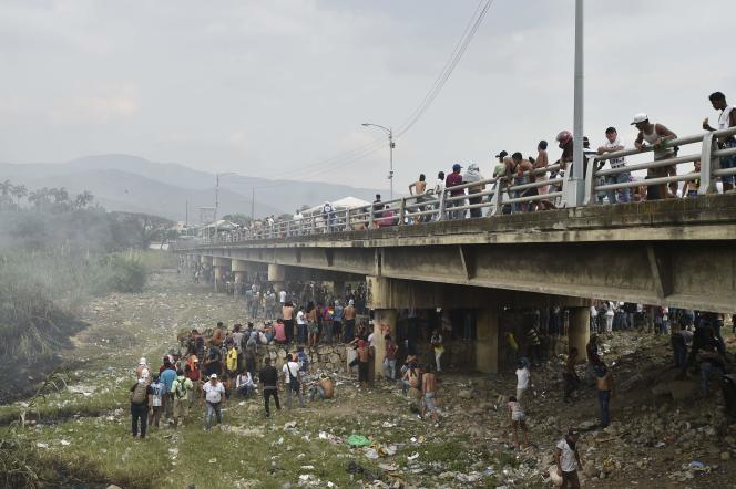 Des manifestants rassemblés sur le pont Simon-Bolivar à Cucuta, reliant le Venezuela et la Colombie.42 personnes ont été blessées lors de heurts.