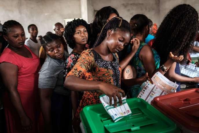 Une femme vote lors des élections générales du samedi 23 février, dans un bureau de vote à Port Harcourt, dans le sud du Nigeria.