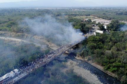 Des camions humanitaires sur le pont Francisco de Paula Santander, reliant Cucuta en Colombie et Ureña au Venezuela.