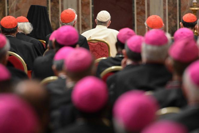 Le pape François devant des cardinaux et des évêques, le 23 février 2019, au Vatican.