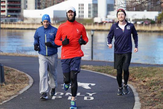 Dave (au centre) a fait plus de 116 km avec les Hokas aux pieds. Selon lui, leur forme unique « a tout changé » (dans le bon sens) dans sa rotation de chaussures habituelle.