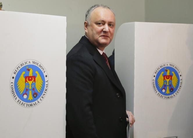 Igor Dodon, à la sortie d'un bureau de vote à Chisinau, en Moldavie, dimanche 24 février.