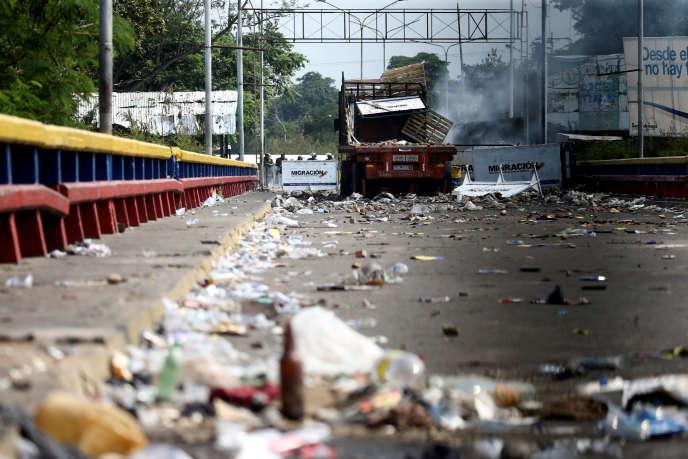 Lastwagen des humanitären Konvois wurden am Samstag in Brand gesetzt, wie hier in Cucuta, an der Grenze zwischen Kolumbien und Venezuela.