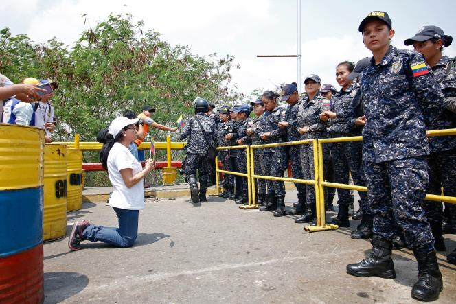 Des soutiens de Juan Guaido, face aux forces de l'ordre vénézuéliennes, samedi23 février à la frontière entre la Colombie et le Venezuela.
