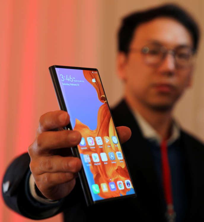 Anche ripiegato, lo schermo del Huawei Mate X è spettacolare. Sarà equipaggiato con un'antenna 5G e una memoria di 512 Go.