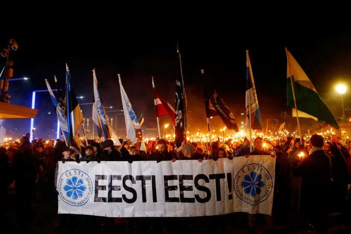 Lors de la marche au flambeau organisée dans le centre de Tallinn, le 24février.