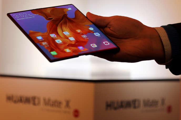 Une fois déplié, le Huawei Mate X offre un très grand écran 8 pouces.