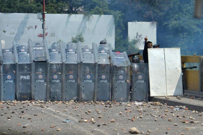 La police vénézuélienne bloque la frontière sur le pont Simon-Bolivar de Cucuta, reliant le Venezuela et la Colombie, le 23 février.