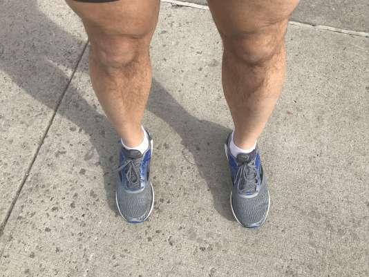 L'avis d'Arun sur les Brooks Adrenaline 18s : «même dans la largeur 2E, elles ne sont pas aussi spacieuses que mes chaussures habituelles, mais la tige tissée et la doublure sont assez confortables. »