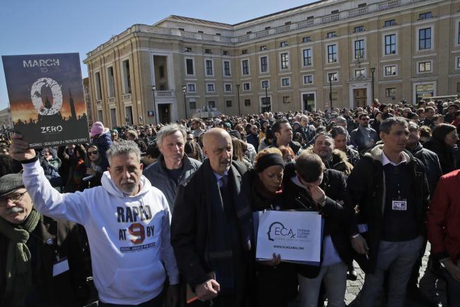De nombreuses victimes d'abus sexuels commis au sein del'Eglise catholiqueont manifesté le dimanche 24 février sur la place Saint-Pierre de Rome.